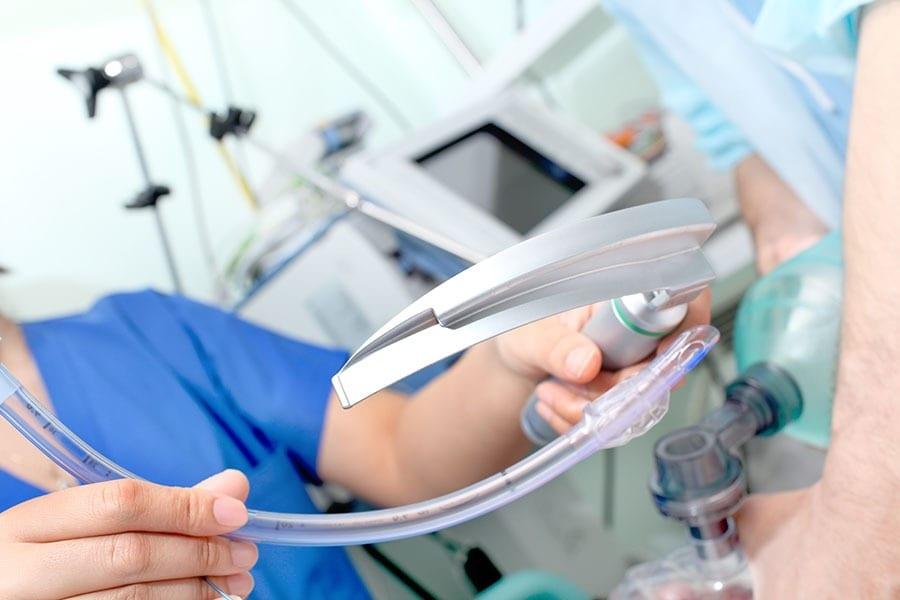 Эндотрахеальный (интубационный) наркоз: преимущества, показания, противопоказания