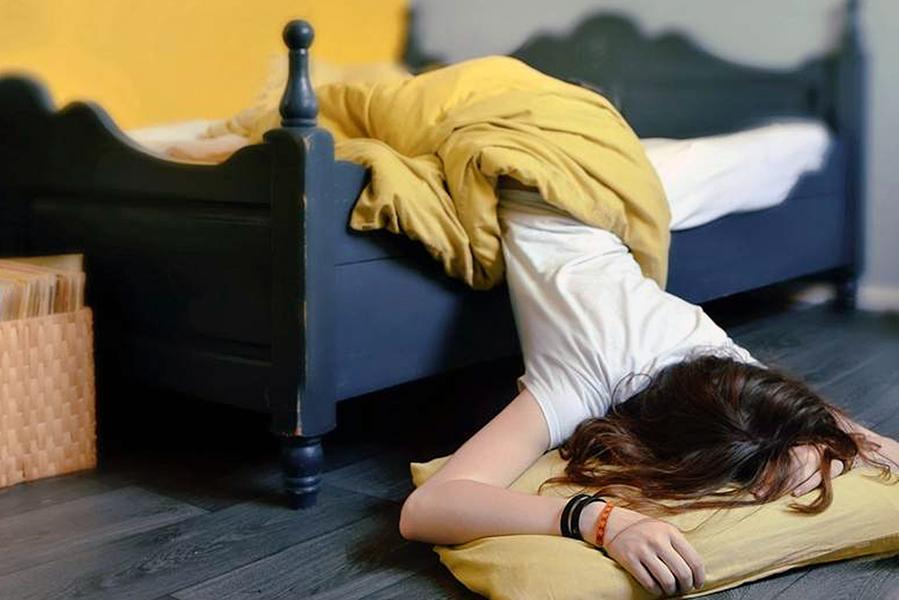 Сонливость и слабость причины у женщины, постоянная усталость, дрожь в теле, общая апатия, сильная головная боль, головокружение и тошнота