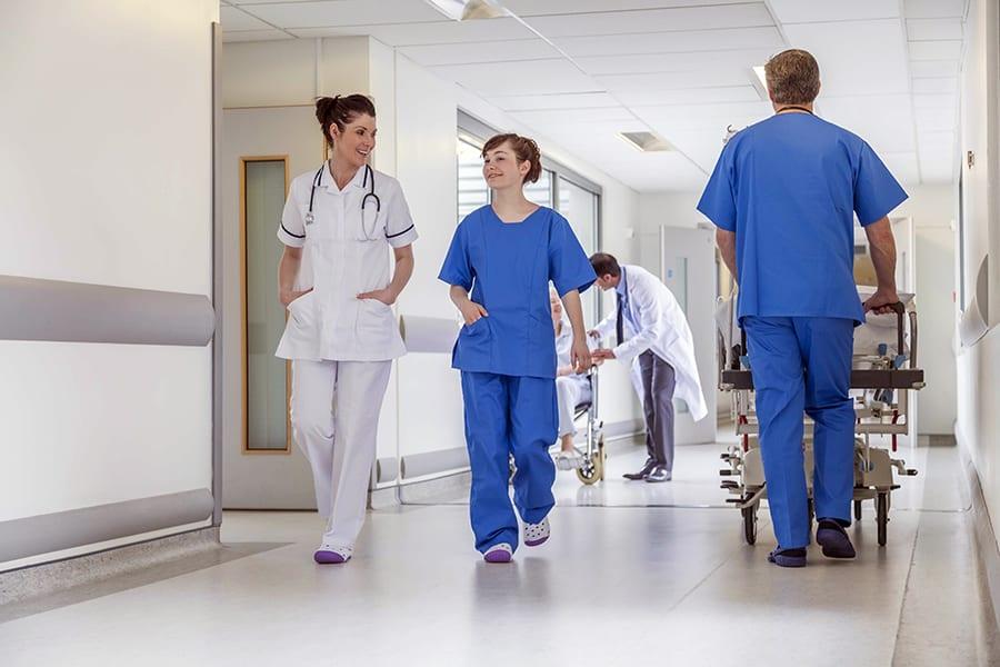 Убирать больницы и кормить больных будут посторонние