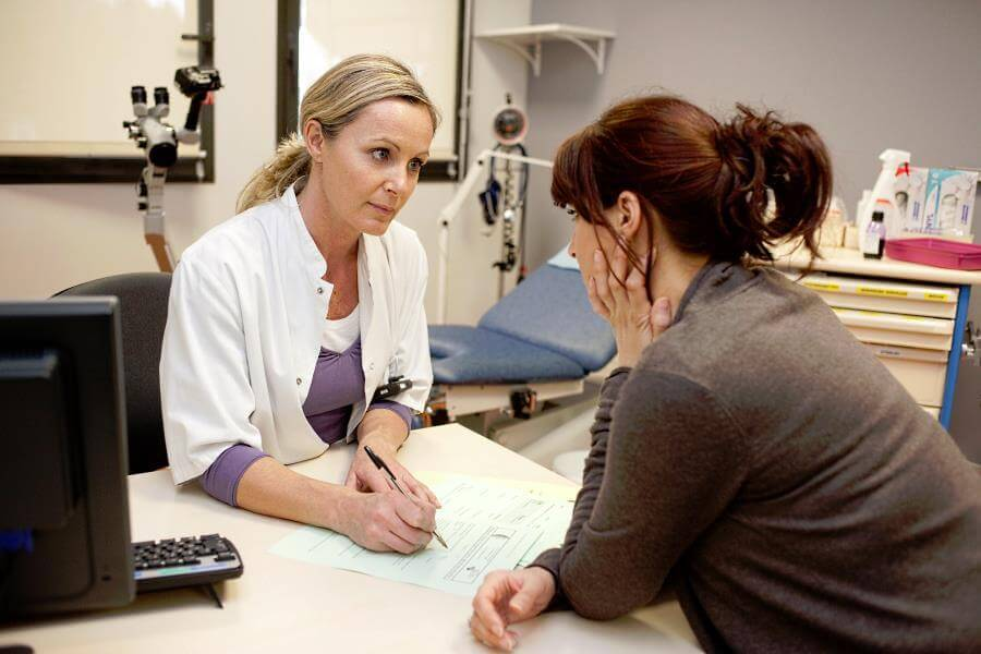 Девушка консультируется у гинеколога