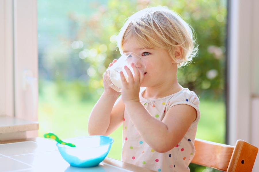 Вы до сих пор верите, что молоко защитит ребенка от переломов?
