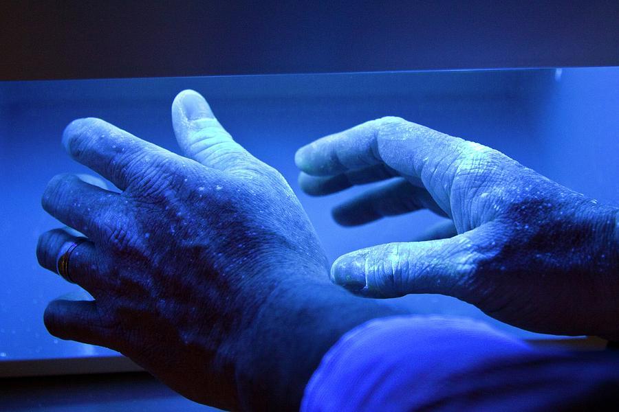Ультрафиолет стерилизует телефоны в больницах