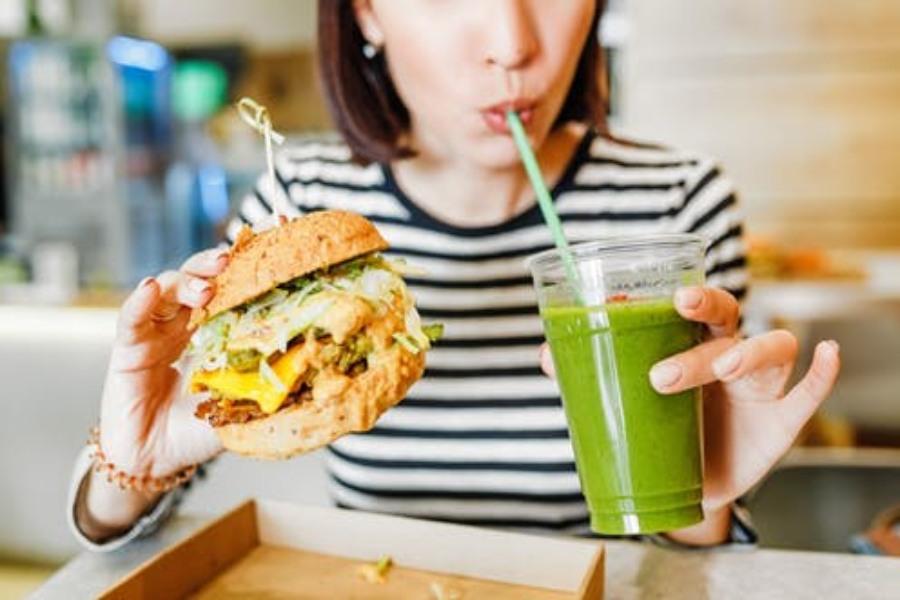 Привычка запивать углеводистые продукты диетической колой приводит к увеличению уровня глюкозы в крови и провоцирует сахарный диабет